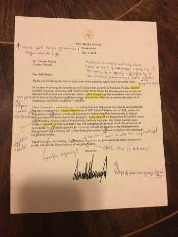 Thư có chữ ký của Donald Trump bị bà Mason sửa lỗi chi chít. Ảnh: Facebook
