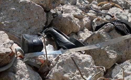 Giày của nạn nhân tại hiện trường. Ảnh: Sơn Hòa