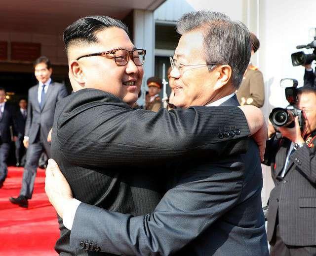 Tổng thống Moon Jae-in và nhà lãnh đạo Kim Jong-un ôm nhau nồng ấm trong cuộc gặp mặt lần 2 ngày 26/5. (Ảnh: Reuters)