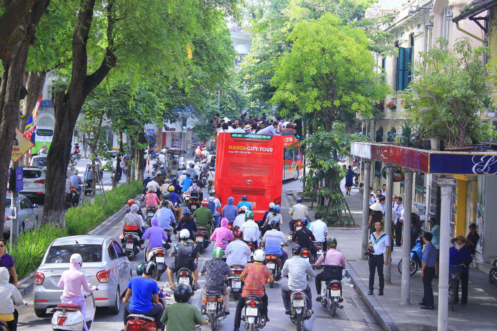 Xe thu hút được sự chú ý của người dân.