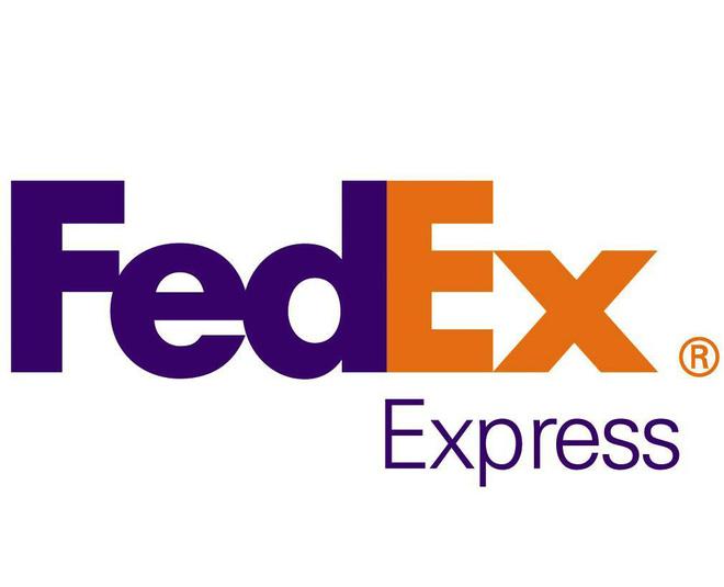 Logo hãng chuyển phát FedEx với hình ảnh mũi tên chìm giữa chữ E và X ám chỉ tốc độ chuyển phát cao của hãng