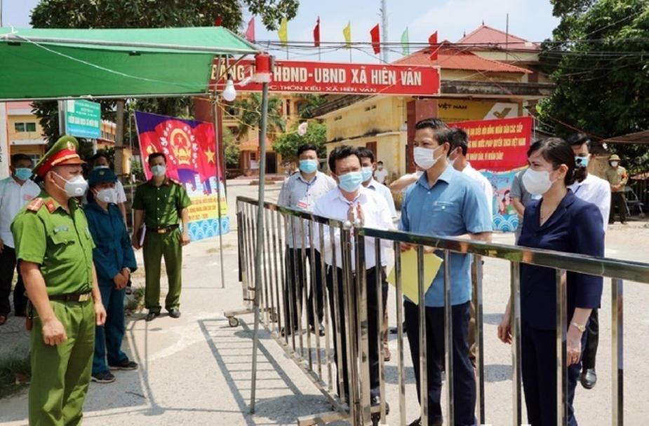 Phó Chủ tịch Thường trực UBND tỉnh Vương Quốc Tuấn kiểm tra chốt kiểm soát dịch COVID-19 tại xã Hiên Vân, Huyện Tiên Du, Bắc Ninh.