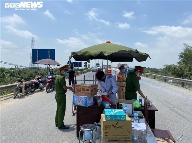 Dưới trời nắng nóng gần 40 độ C, các cán bộ, chiến sĩ tại chốt kiểm dịch cầu Hồ (huyện Thuận Thành, Bắc Ninh) vẫn căng mình làm nhiệm vụ chốt chặn, kiểm soát người và phương tiện giao thông đi vào vùng có dịch.