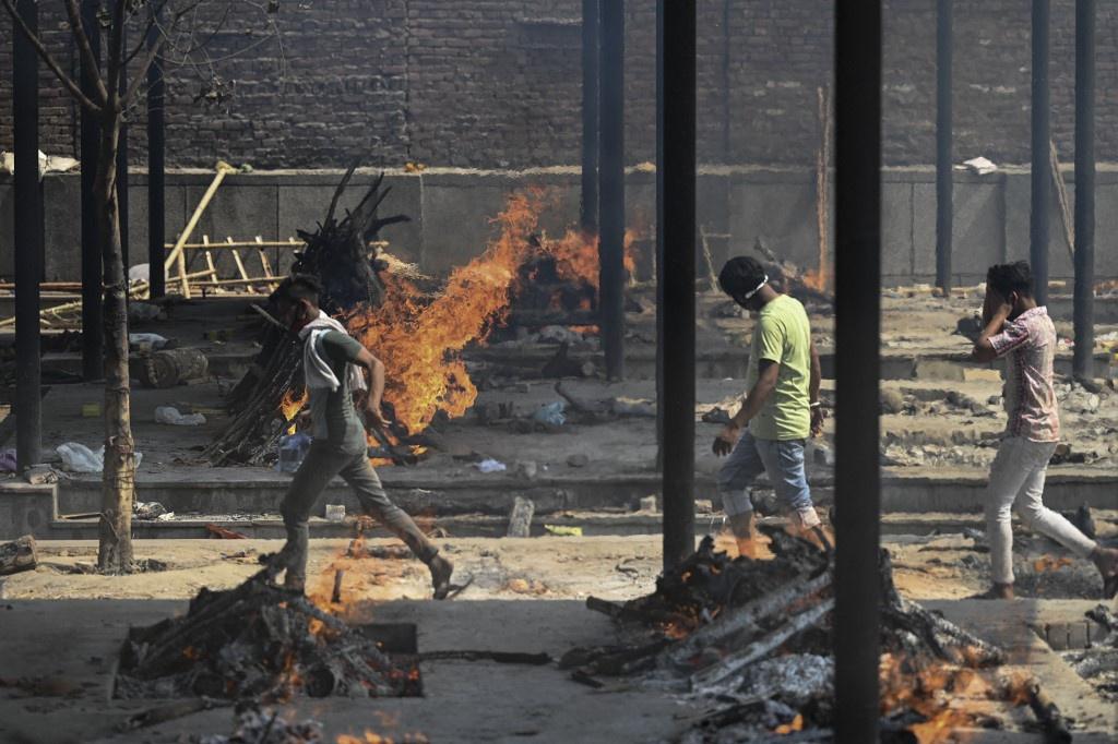 Những giàn hỏa táng nạn nhân tử vong vì Covid-19 không ngừng cháy /// AFP